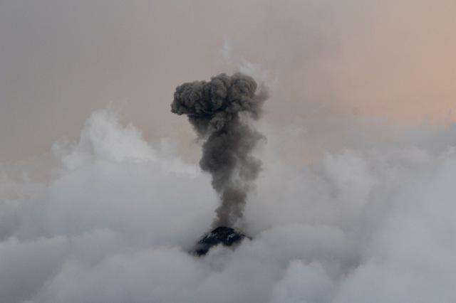 volcan fuego black clouds